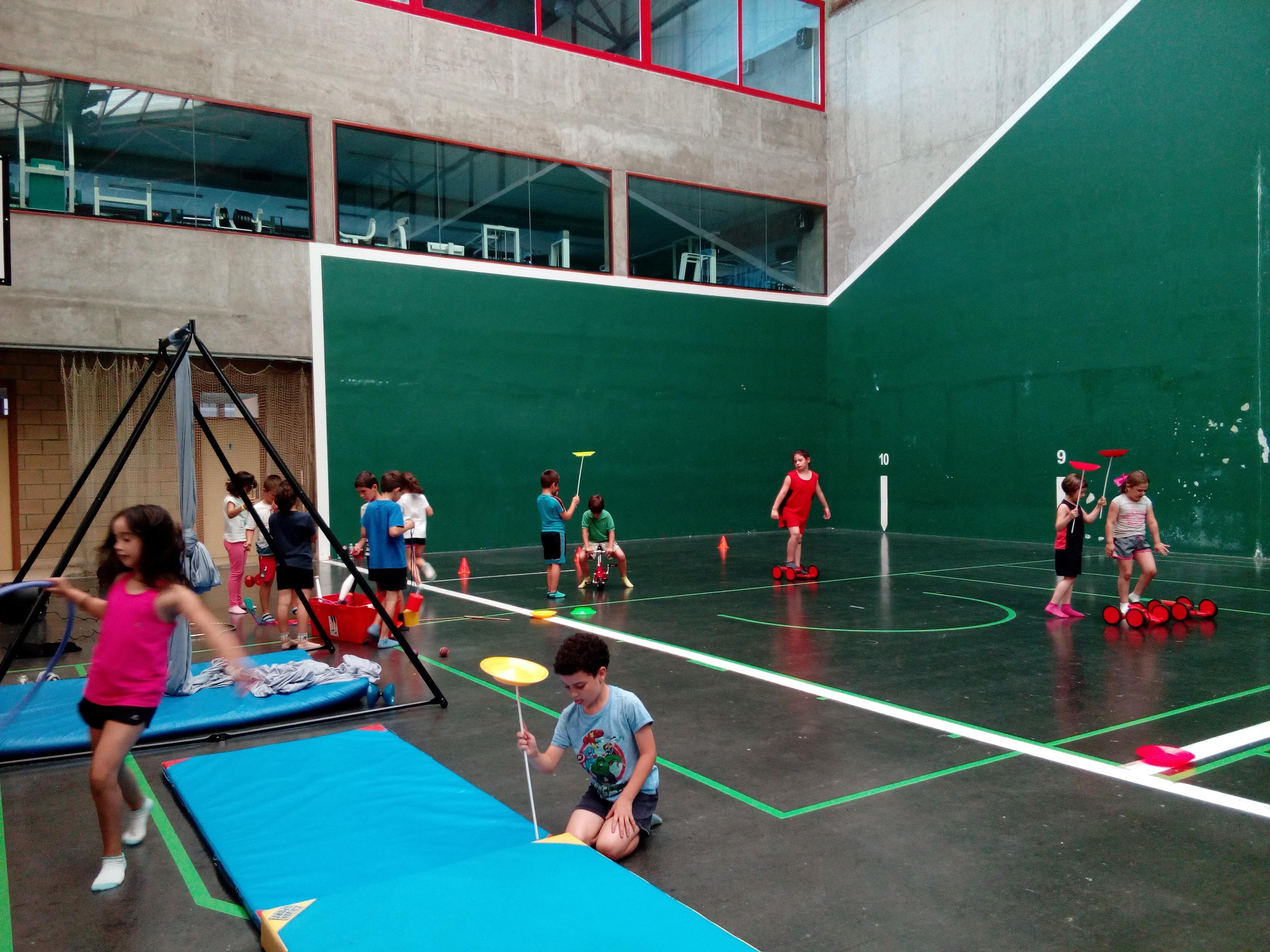 Taller de circo en Campus de Basket Gorondagane